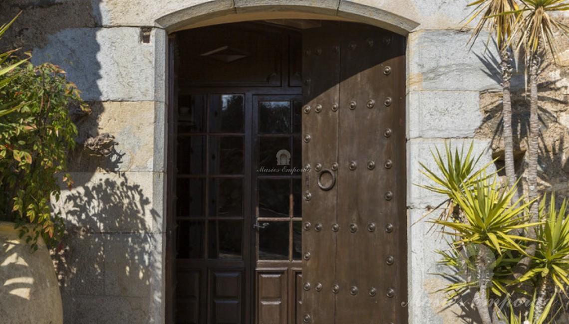 Puerta y contra puerta de entrada a la masía