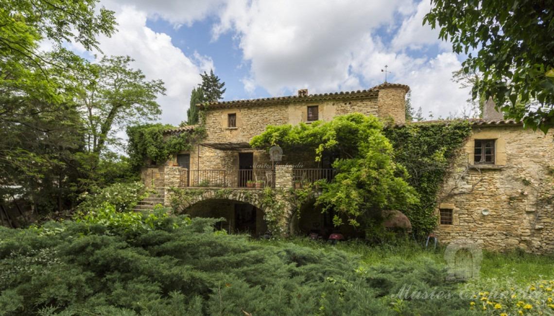 Desde otro ángulo vista de la fachada posterior de la casa que da al jardín