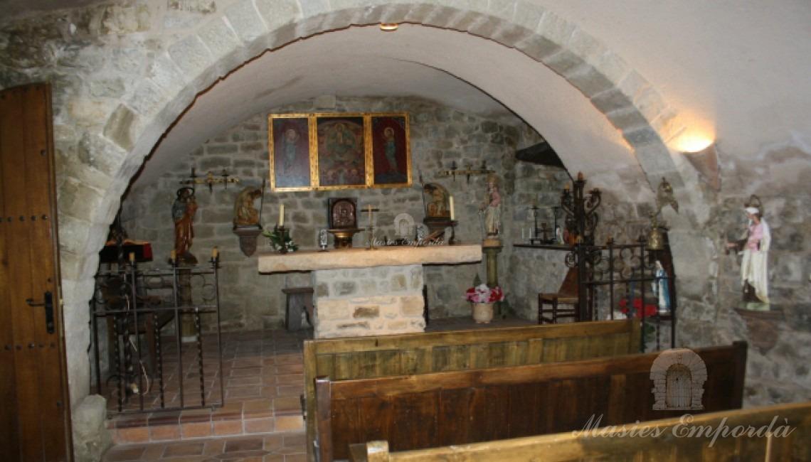 Iglesia del interior de castillo con arco de piedra