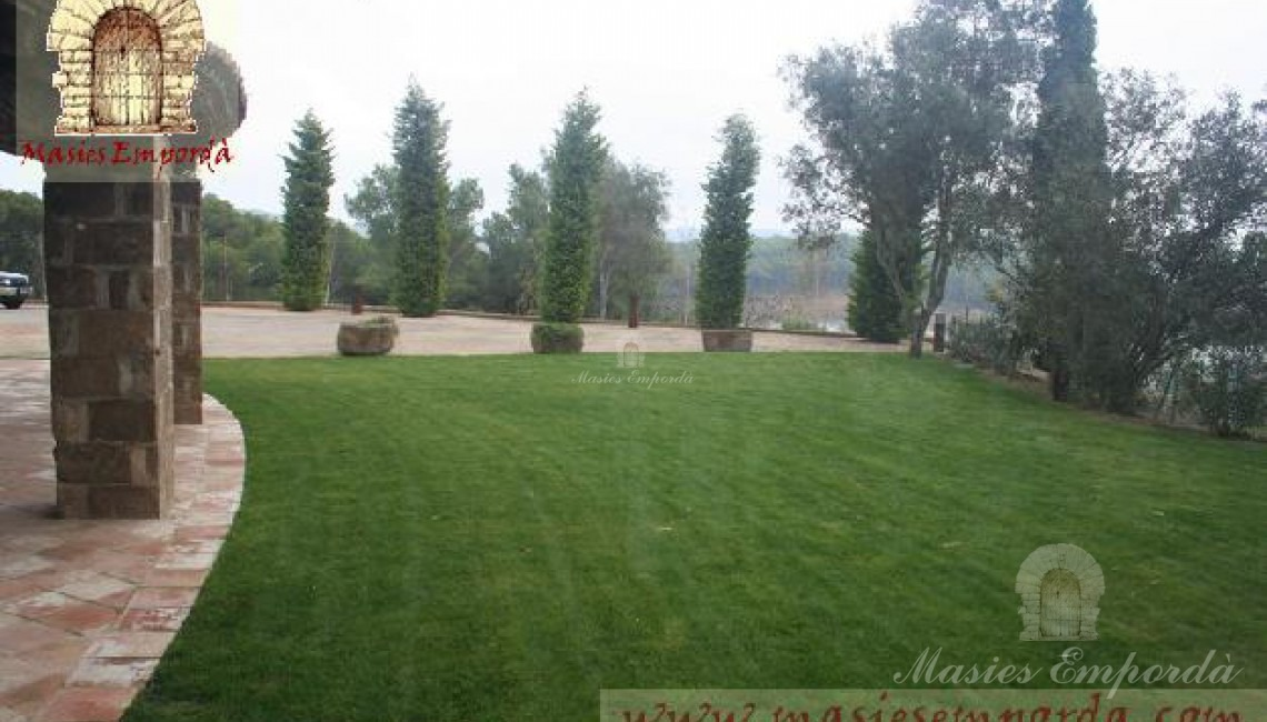 Vista del jardín desde los porches adjuntos a la fachada de la casa