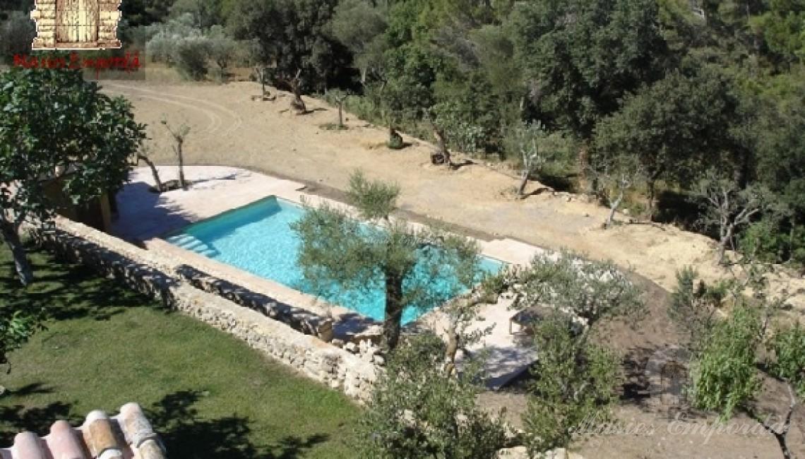 Vista del jardín y la piscina de la propiedad