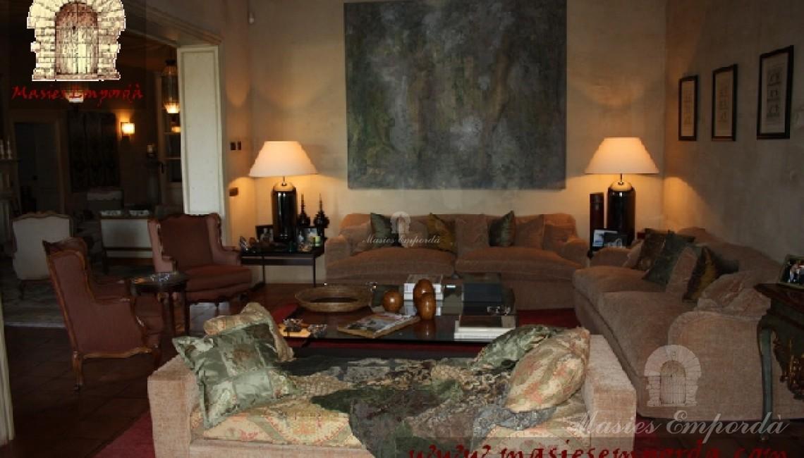 Vista desde otro ángulo del salón principal de la casa donde se aprecian el conjunto de los sofás que la decoran