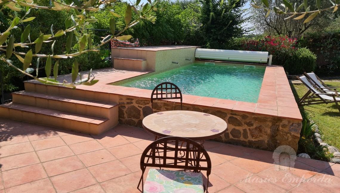 Vistas del jardín y piscina
