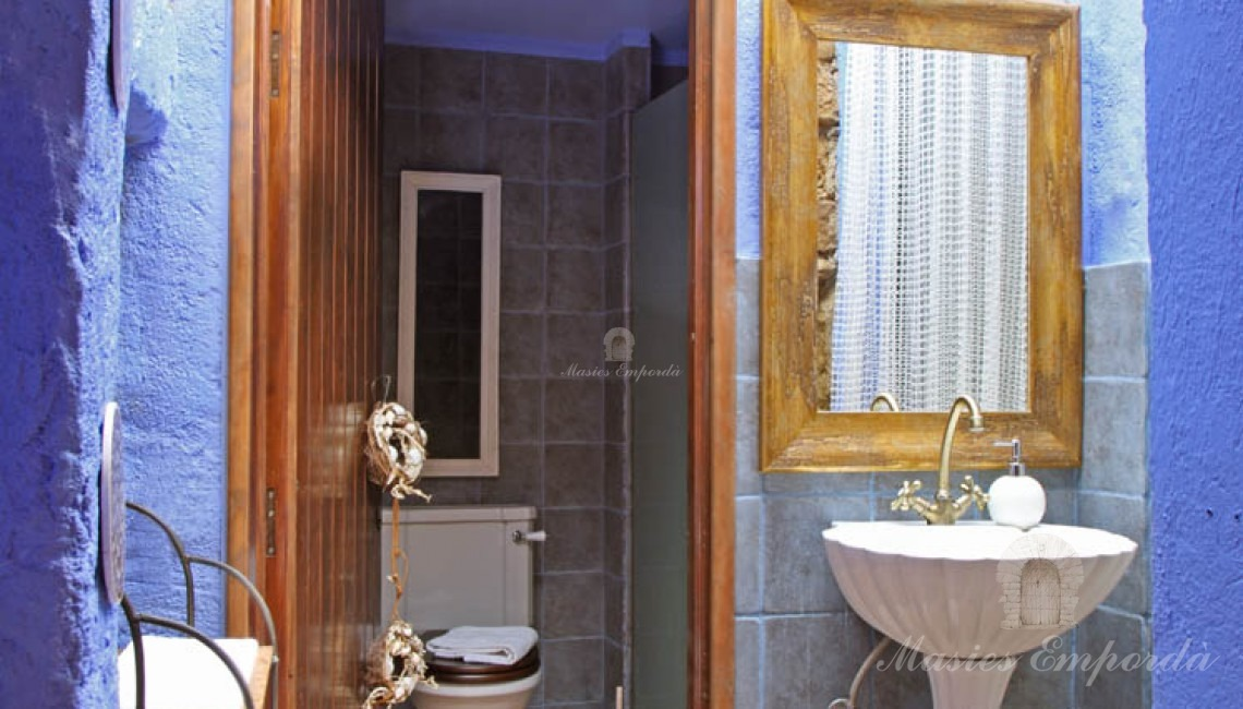 Detalle de uno de los baños de la vivienda con un colorido azulado que le da una calidez extraordinaria
