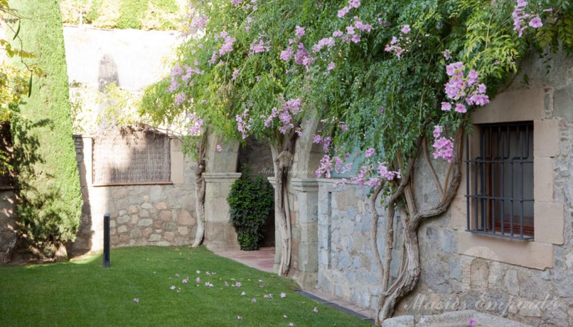Lateral de la masías y parte el jardín de la propiedad