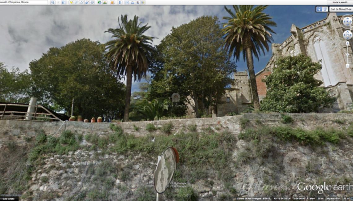 Vista de parte de la antigua muralla donde se encuentra el jardín con vistas al ápside de la basílica Santa María