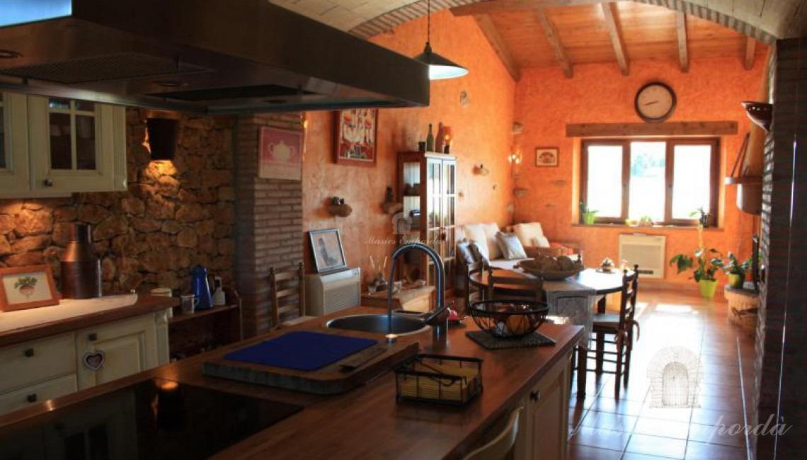 Gran cocina office, comedor y salón al fondo de la imagen