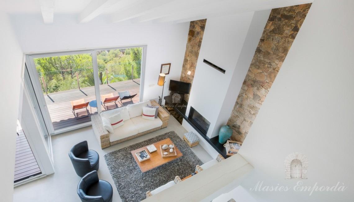 Vistas del salón de estar y la terraza