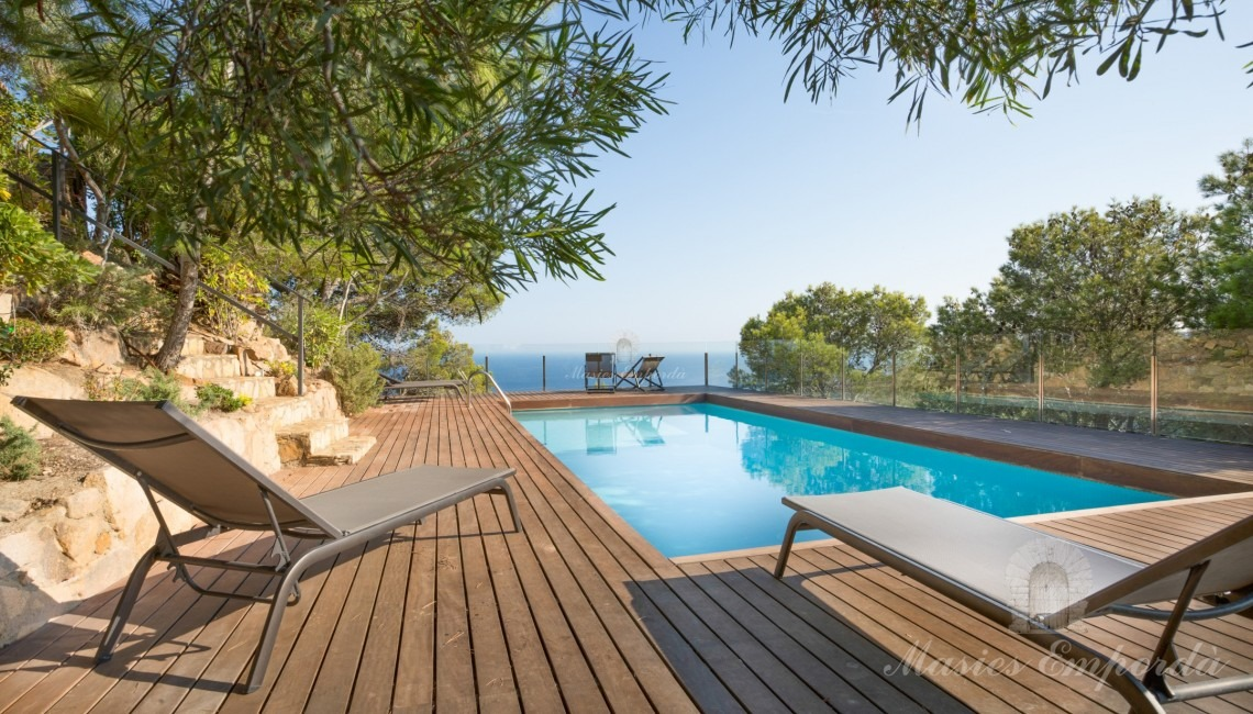 Zona de la piscina con vistas