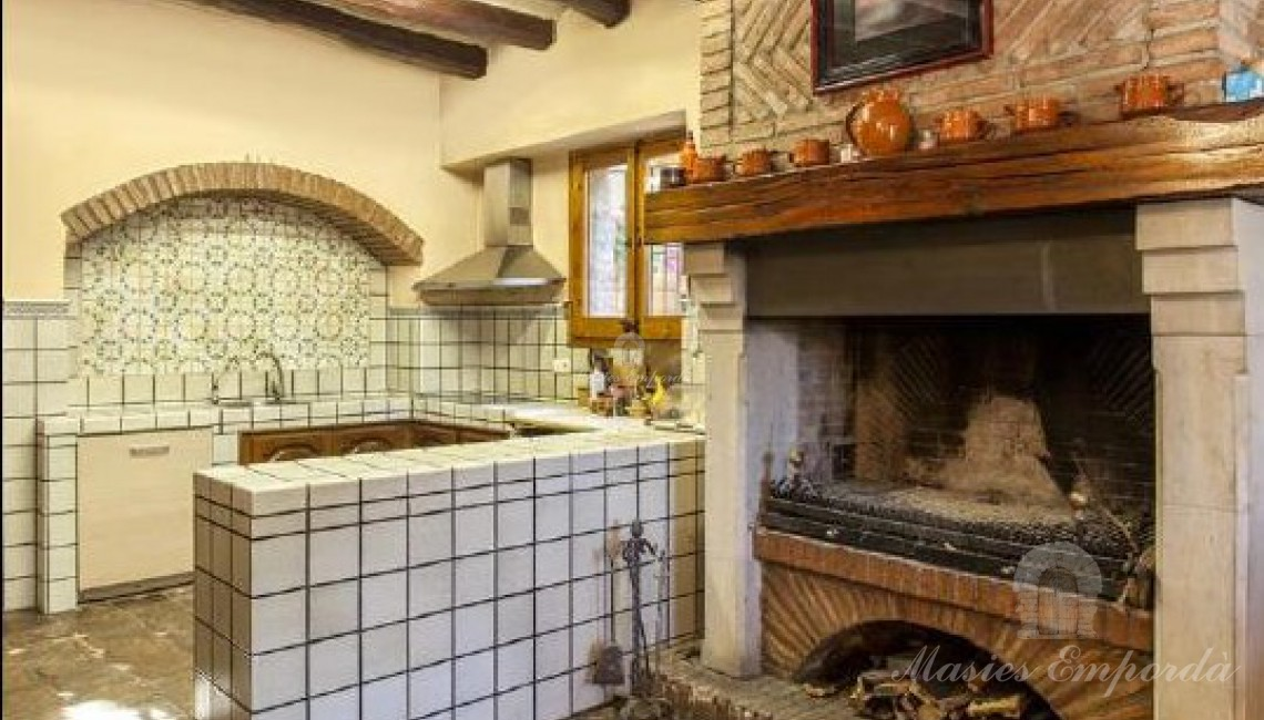Cocina con gran chimenea asador