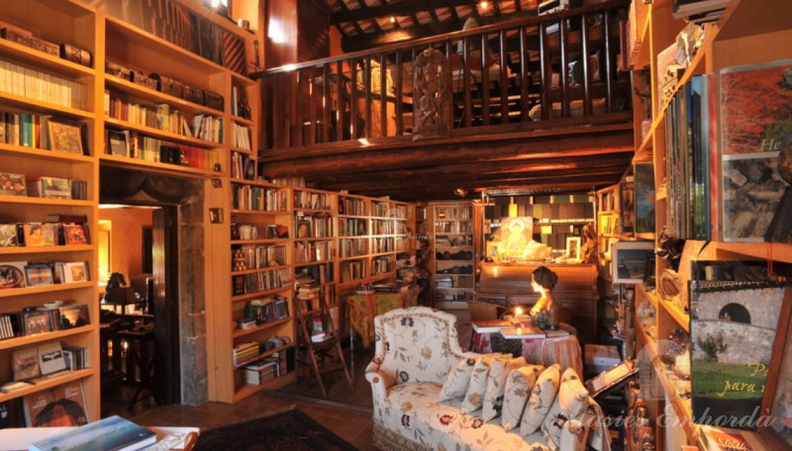 Maravilloso salón de estar de la planta piso de la casa con una biblioteca con altillo en madera que te quedas maravillado viéndolo