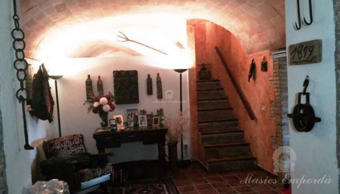 Hall de entrada a la casa con techo abovedado