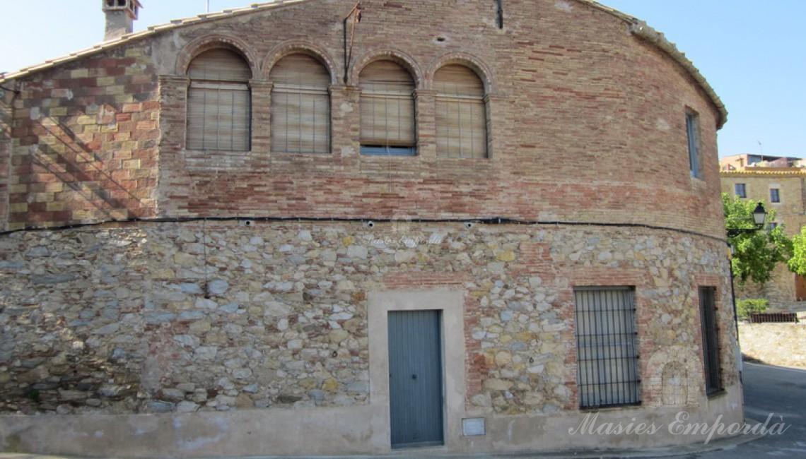 Fachada de la casa con parte de piedra y parte de tocho macizo.