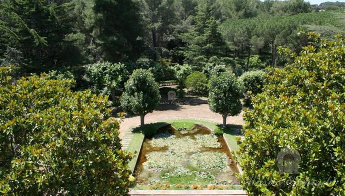 Visita de parte del jardín y del estanque con nenúfares enclavado en el ala suroeste de la casa.