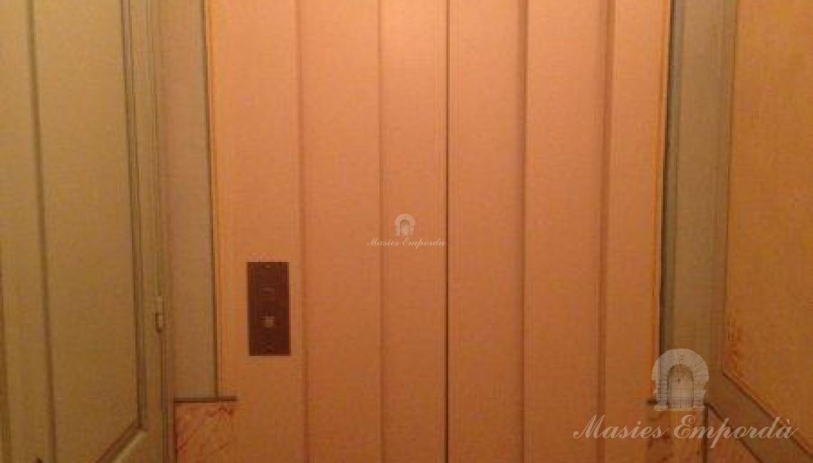 Puerta del ascensor de la casa con detalles de madera