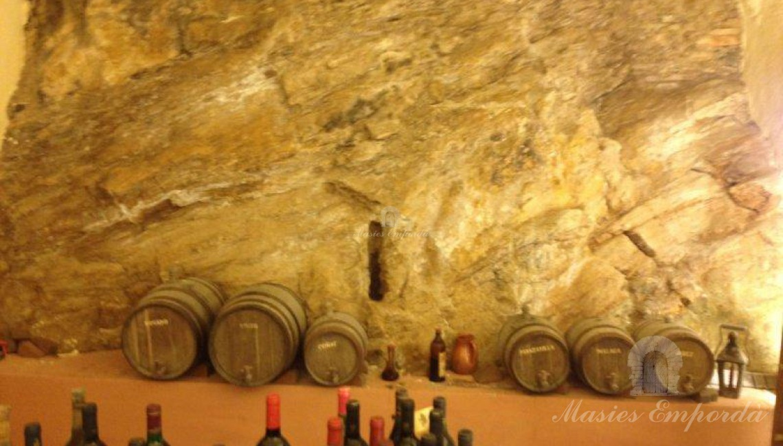 Detalle de la bodega con la roca natural de la montaña donde se asienta la casa