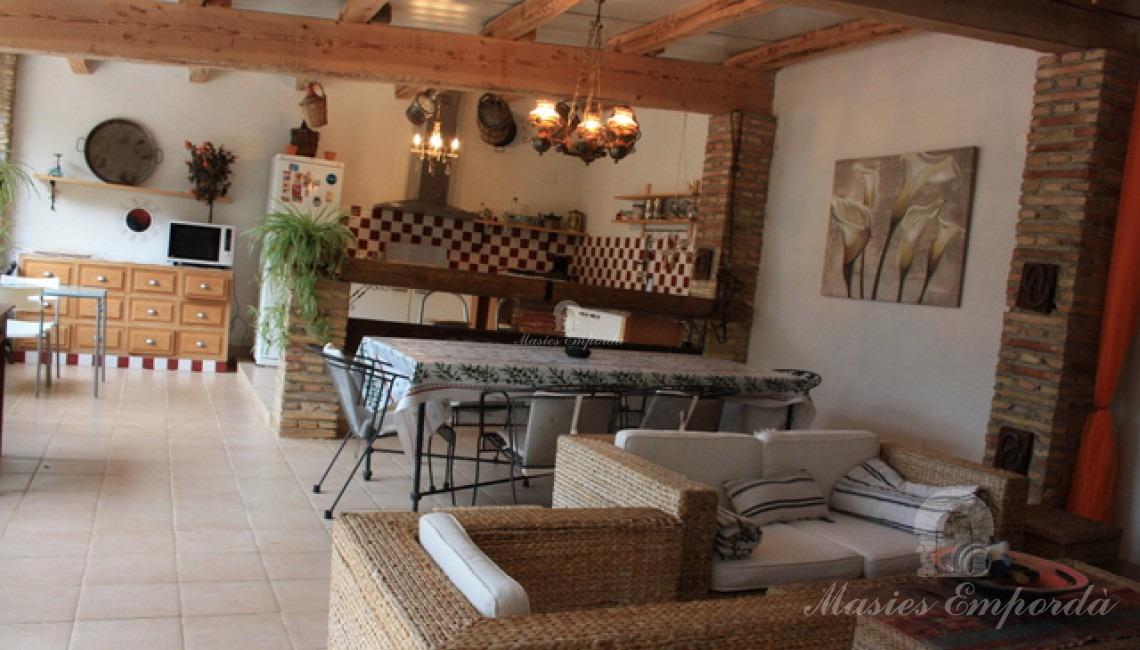 Salón de estar y cocina del pabellón de la piscina