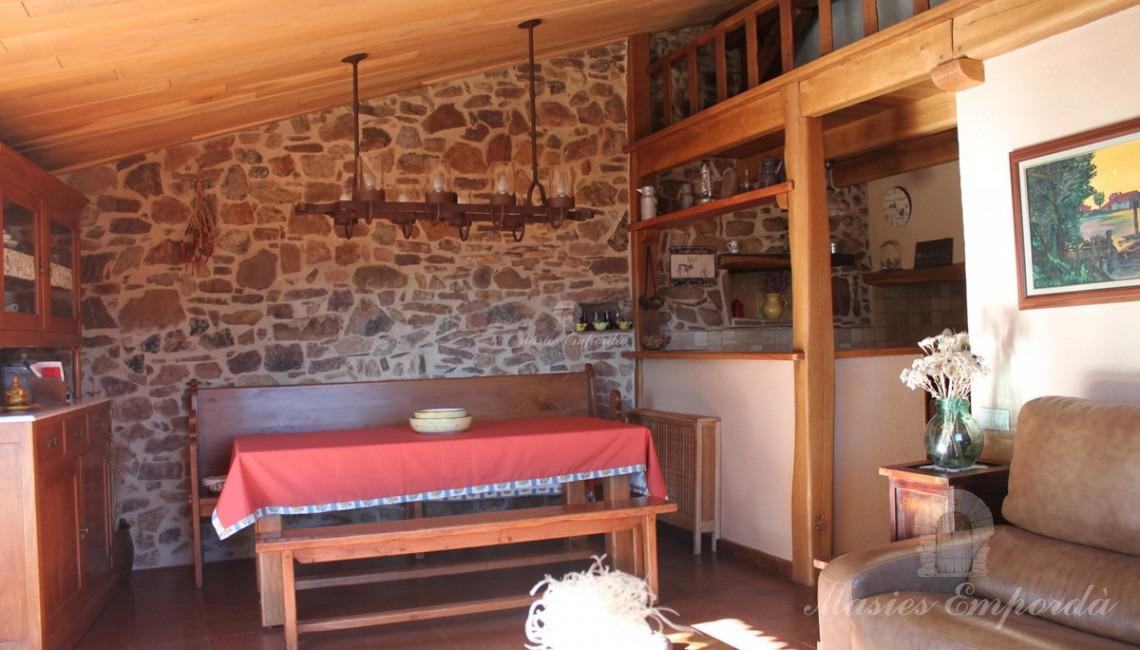 Salón con chimenea de una de las casas
