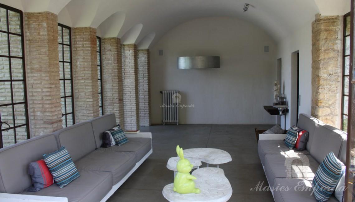Vista general del pabellón con techo abovedado con los ventanales de acristalados en chasis metálico de forja
