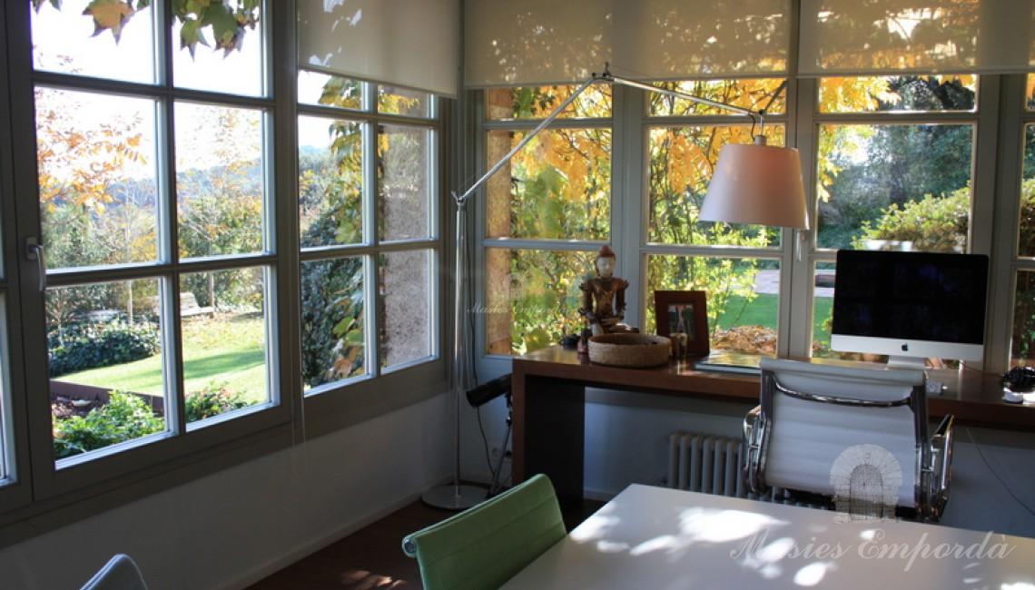 Detalle de esta suite con despacho con vistas al castillo de Foixà