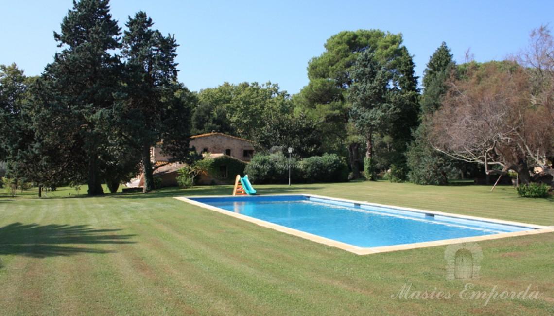 Vista de la piscina y del jardin
