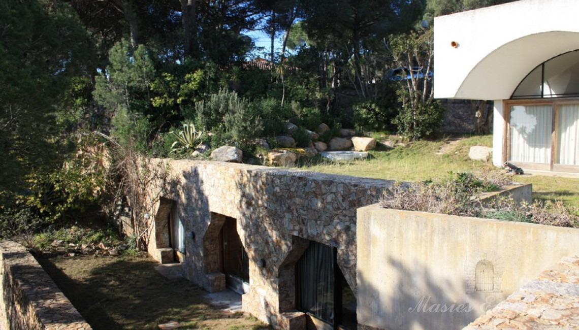 Detalle de la fachada y de la planta de la casa con las terrazas del jardín
