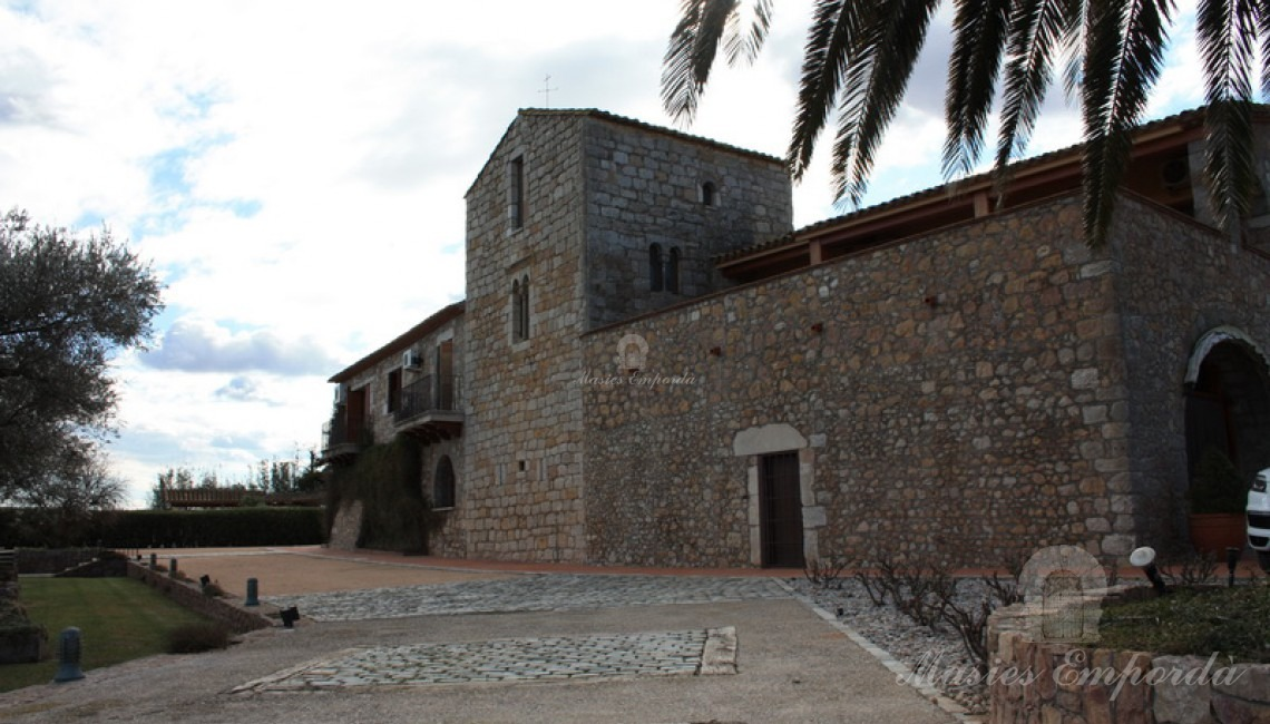 Vista del conjunto constructivo de la casa con la torre de defensa en el centro de la imagen