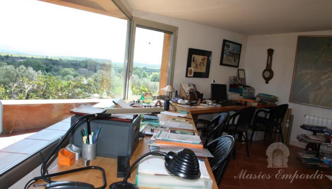 Imagen la mesa de trabajo del despacho con vistas panorámicas de la comarca