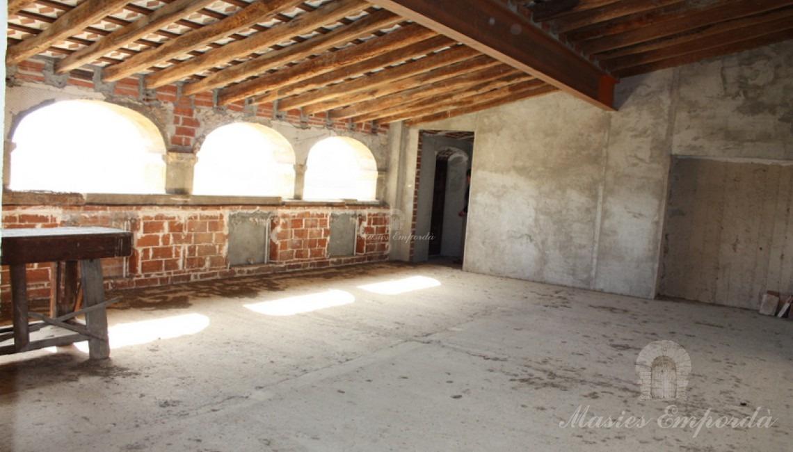 Unas de las habitaciones dobles de la tercera planta de la masía en proceso de restauración con vistas a la finca