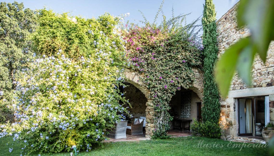 Vista del porche del jardín de la masía