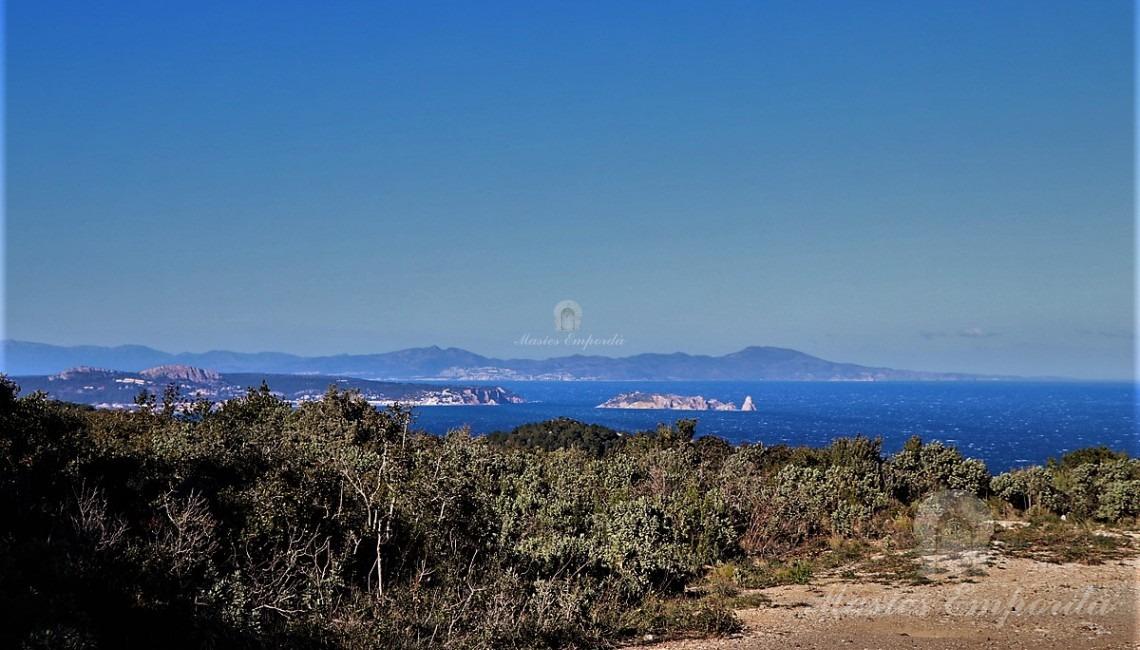 Vistas del mar y de las islas Medas desde las parcelas
