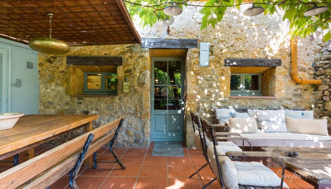 Desde otro ángulo el porche del jardín con el comedor de verano