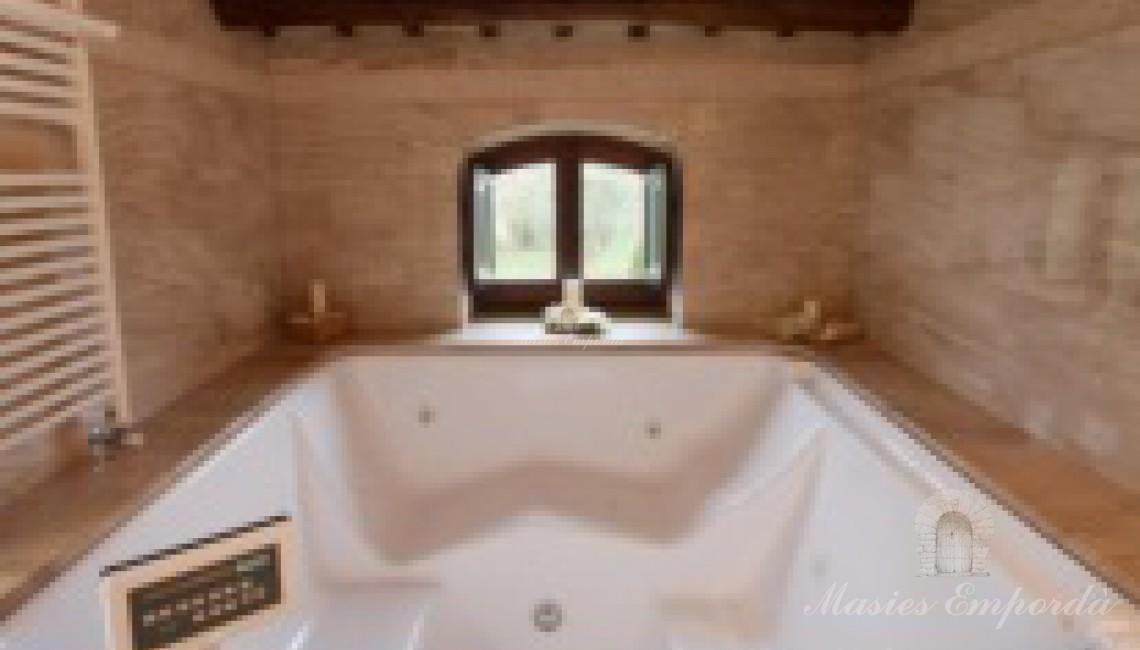 Baño completo con jacuzzi.