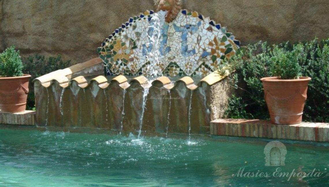 Detalle de la fuente desbordante de la piscina