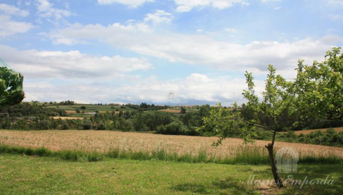 Los campos de la propiedad en primer término y vista de la comarca