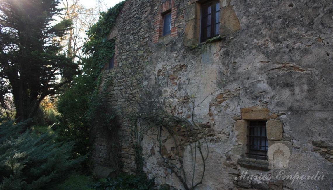 Lateral de la casa desde el jardín que la rodea