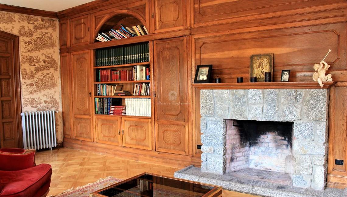 Detalle del salón de estar con chimenea