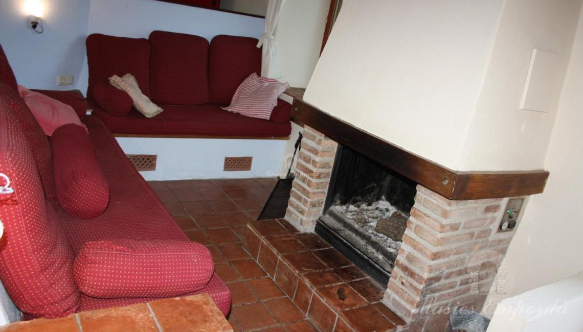 Detalle del salón de estar con chimenea de la planta baja del segundo cuerpo constructivo