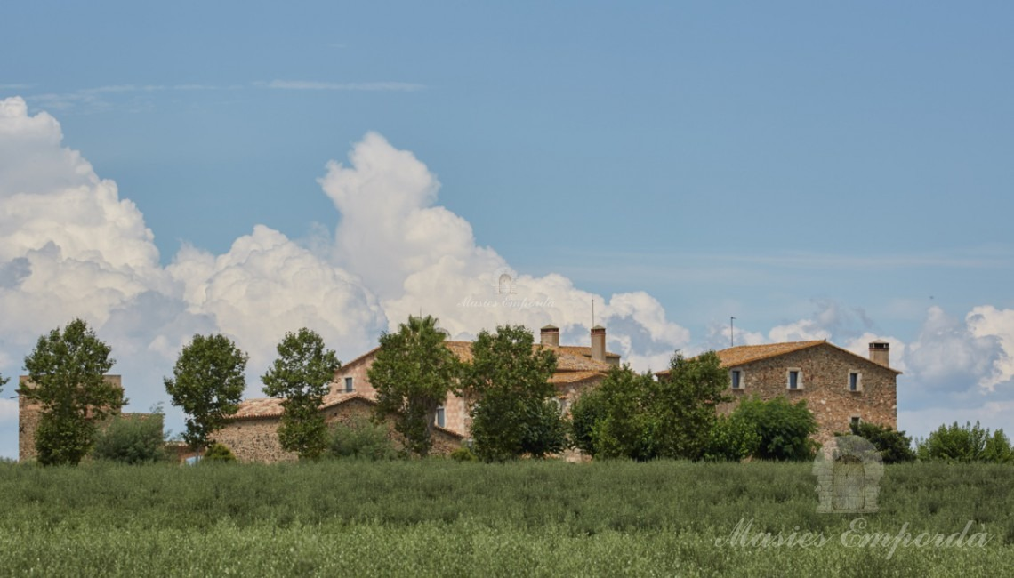 Vistas de la masía desde los campos de la propiedad