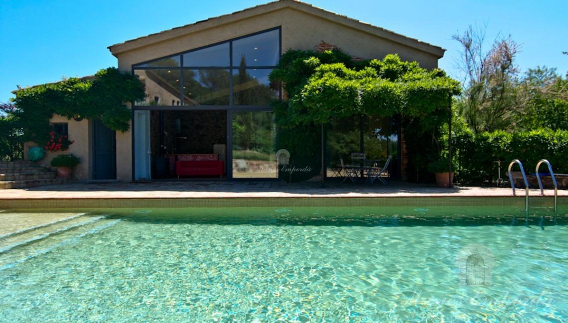 Vista de la piscina y la casa de invitados