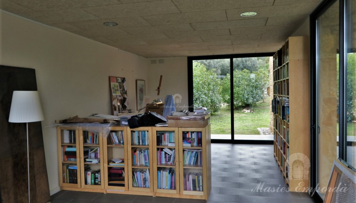 Despacho de planta baja y sala polivalente, biblioteca, etc.