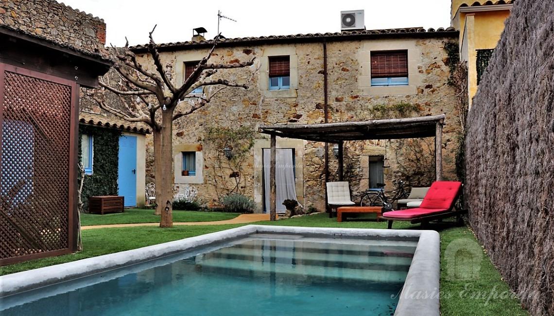 Vista de la piscina y los porches del jardín