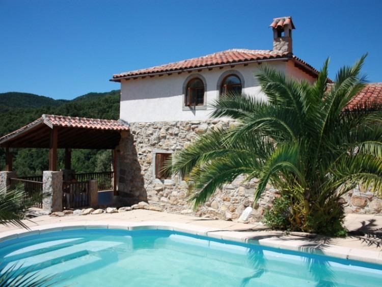 Visita de la fachada de la casa y la piscina en primer termino