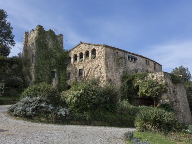 Espectacular Masía con torre de defensa datada en el 1.700 con unos 600m2 cuadrado de casa y varios anexos