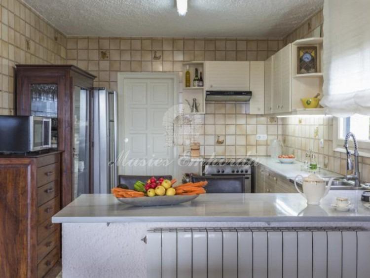 Vista general de la cocina con la despensa y la sala de máquinas al fondo.