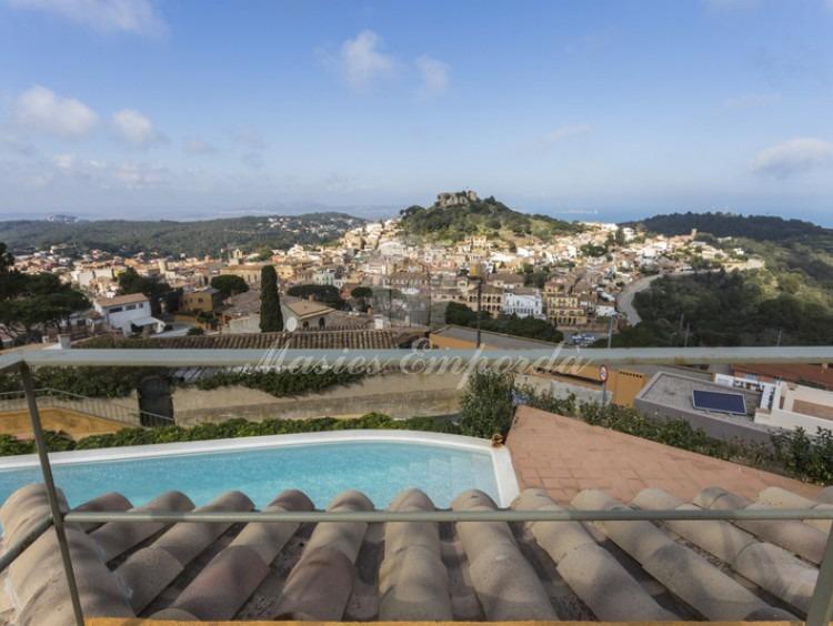 Vistas del castillo de Begur desde la terraza de la suite