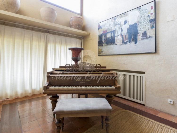 Detalle del hall de entrada con un piano de cola