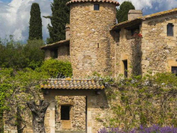 Detalle de la entrada de la masía con torre circular de defensa que la preside