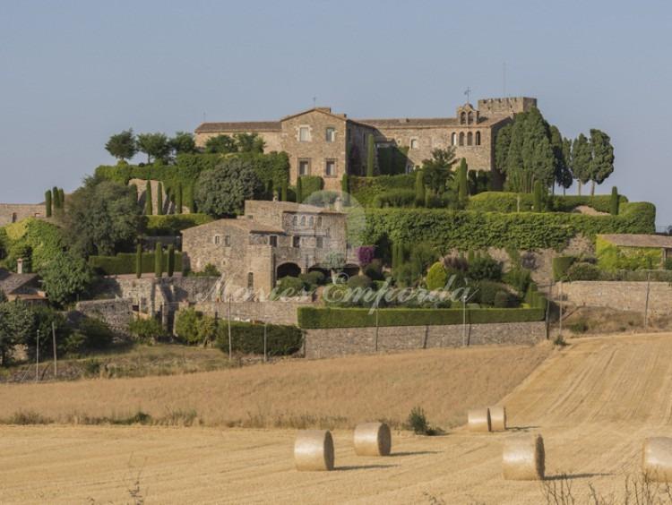 Vista de castillo de Foixá en el Baix Empordà y parte de la muralla fortificada y vista del jardín que lo rodea la propiedad