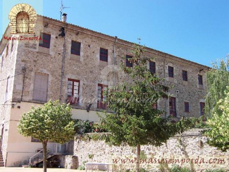 Vista de la edificación completa de esta casa de piedra